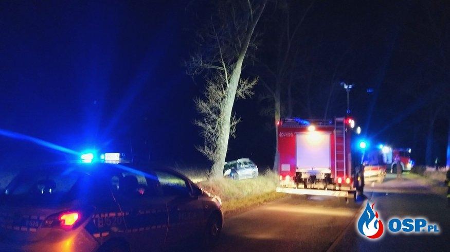 Opel uderzył w drzewo! OSP Ochotnicza Straż Pożarna