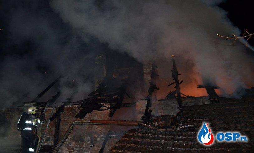 Dom spłonął przez... kota, który zrzucił świeczkę ze stołu. OSP Ochotnicza Straż Pożarna