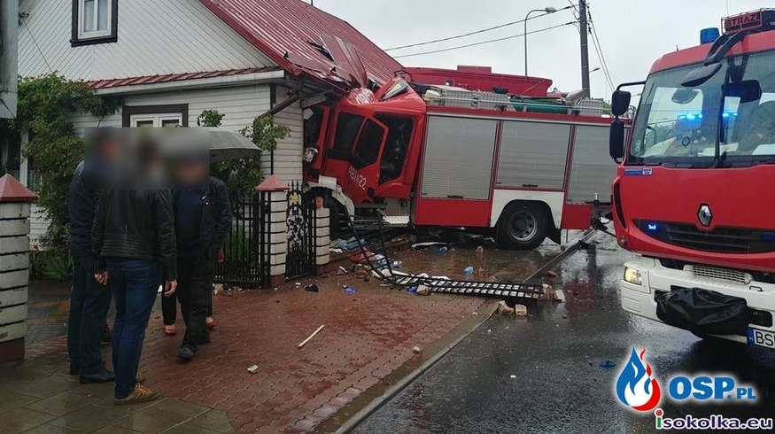 Wóz bojowy uderzył w samochód i wjechał w dom. Strażacy jechali do akcji. OSP Ochotnicza Straż Pożarna