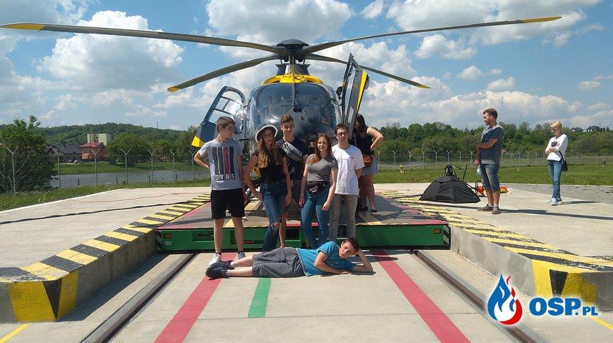 Młodzież na dniach otwartych w sanockiej bazie Lotniczego Pogotowia Ratunkowego OSP Ochotnicza Straż Pożarna