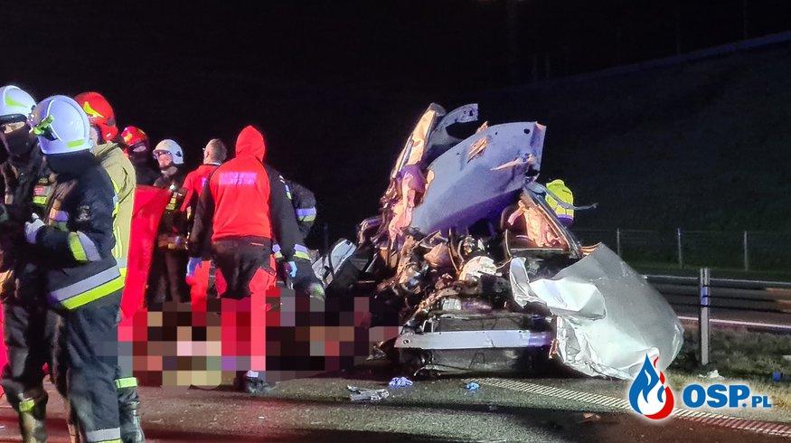 Dwie osoby zginęły w wypadku na A1. Kierowca auta wypadł z pojazdu po zderzeniu z ciężarówką. OSP Ochotnicza Straż Pożarna