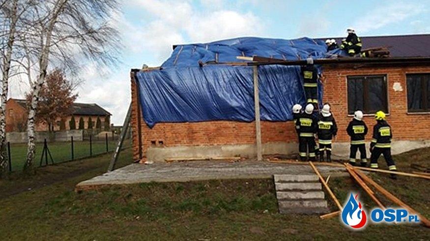 Kolejni strażacy poszkodowani przez wichurę. Wiatr zerwał dach remizy OSP Kłudzice. OSP Ochotnicza Straż Pożarna
