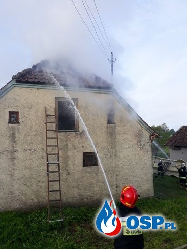 Pożar domu jednorodzinnego w gminie Gołdap. W akcji 6 zastępów strażaków. OSP Ochotnicza Straż Pożarna