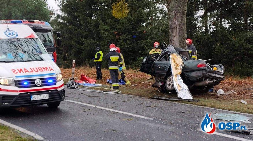 Auto owinęło się wokół drzewa, 24-latek nie miał szans na przeżycie OSP Ochotnicza Straż Pożarna