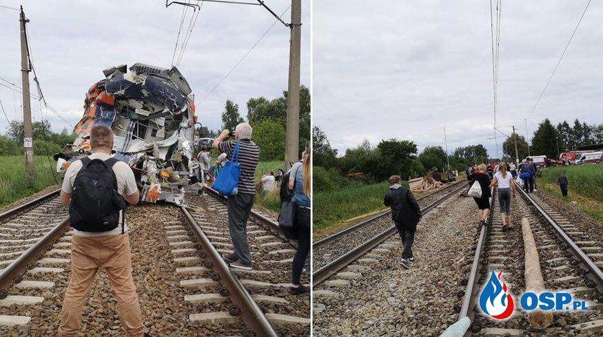 Ciężarówka wjechała pod pociąg na przejeździe kolejowym w Daleszewie. Jedna osoba nie żyje. OSP Ochotnicza Straż Pożarna