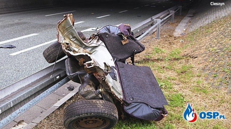 Auto rozpadło się na dwie części po zderzeniu ze słupem OSP Ochotnicza Straż Pożarna