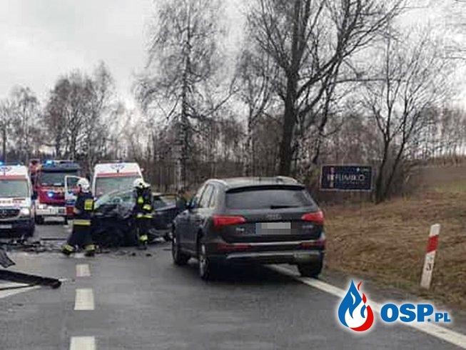 Czołowe zderzenie osobówek pod Krakowem. Nie żyje kobieta. OSP Ochotnicza Straż Pożarna