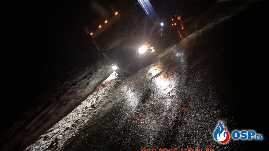 Ciężarówka utknęła w miękkim poboczu OSP Ochotnicza Straż Pożarna